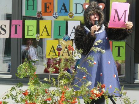 Karu-Kati rolli elas Ristiku lasteaia aktusel sisse Päikesekiirte õpetaja Kristiine Ivalo. Foto: erakogu