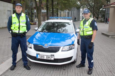 PATRULL KESKLINNAS: Politseinikud Rait Lauk (vasakul) ja Jaanus Keert usuvad, et kesklinnas patrullimisse tuleb suhtuda loovalt ja autot nad päriselt ei hülga. Foto: Irina Mägi