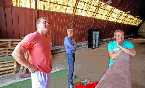 ÖÖELU EDENDAJAD: Korraldajad (vasakult) Lauri Vaher, Rando Kesküla ja Marko Kesküla vaatavad, milline sisekujundus sobiks peopaika kõige paremini. Foto: Raul Vinni
