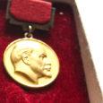 """Tartus elav Pille Pae annetas Saaremaa muuseumile tema isale Johannes Hindile kuulunud esemed, sealhulgas ka saarlasest leiutajale annetatud Lenini preemia tunnistuse ja medali. """"Lenini preemia anti silikaltsiidi leiutamise eest Hindile […]"""