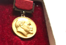 UUS EKSPONAAT: Olavi Pesti ei osanud öelda, kas üliharuldane Lenini preemia tunnistus koos medaliga leiab tulevikus koha muuseumi ekspositsioonis.