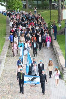 AKTUSELE: Saaremaa ühisgümnaasium alustas uut kooliaastat traditsiooniliselt rongkäiguga kooli juures läbi linna lossi hoovi. Foto: Irina Mägi