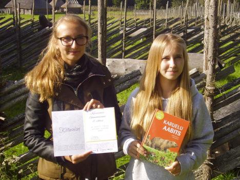 TÄNUPÄEVAL: Kuressaare gümnaasiumi 7.c klassi töö vormistanud tüdrukud Rahel Kirs (vasakul) ja Sandra Aav. Foto: Raina Tiidovee