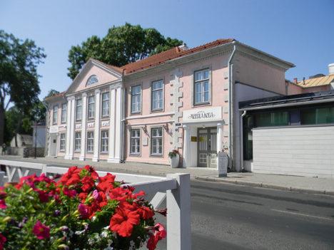 Hilisklassitsistliku fassaadiga Meedla mõisnike Pollide linnaelamu ehk nn. Meedla koda ehitati 18. sajandi lõpust pärineva elamu baasil 1890. aastatel. Odert von Poll ostis maja 6 tuhande rubla eest Karl von Sassilt 24. juulil 1898. a ja müüs 8. mail 1923. a  1 miljoni ja 300 tuhande marga eest Eesti  Pangale.