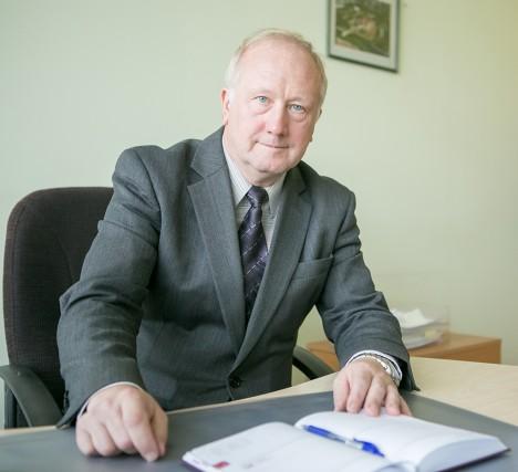 TÖÖPOSTIL: Olev Martinson on kohalikku maksuameti bürood juhtinud 1990. aasta maikuust saadik. Foto: Tambet Allik