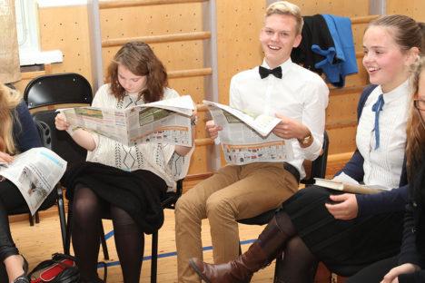 Pildile jäid meedialaudkonnas värsket Saarte Häält lugevad Anni Viskus, Genert Allikmaa ja Karin Viilup. Foto: Irina Mägi