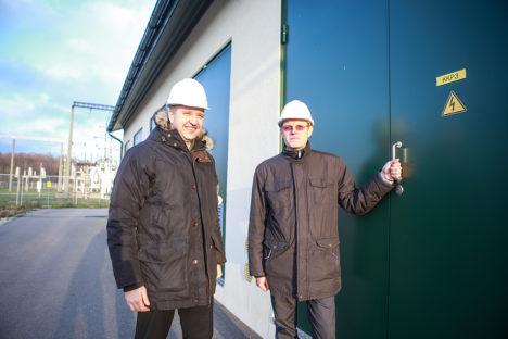 KAUGJUHITAV ALAJAAM: Elektrilevi osakonnajuhatajad Toomas Kask (vasakul) ja Indrek Sild Sikassaares asuva alajaama kõrval, mille renoveerimisse investeeris ettevõte mullu 1,9 miljonit eurot. Kogu alajaama juhtimine toimub Tallinnast. Foto: Tambet Allik