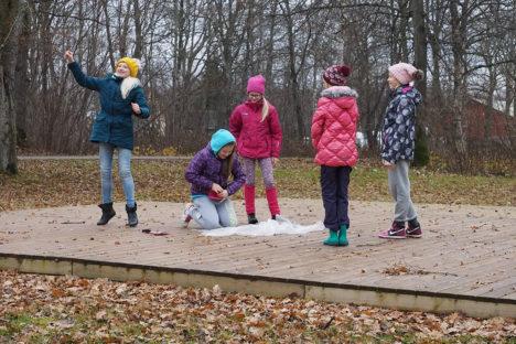 ORISSAARE VANAL LAULULAVAL: Esinevad (vasakult) Raahel Ränk, Riin Kostikov, Helena Teesalu, Maarja Müür ja Merilin Tüür. Foto: Aimar Lauge