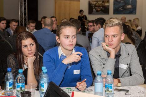 PEAD VÄRSKEID MÕTTEID TÄIS: Kati Räim, Karin Viilup ja Genert Allikmaa võtsid osaluskohviku aruteludest aktiivselt osa ja mõtlesid kaasa. Foto: Tambet Allik
