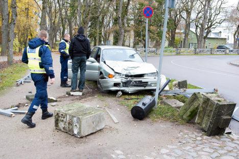 Sündmuskohal toimetavad konstaabel Karl-Ants Vares ja komissar Andres Mook. Foto: Irina Mägi