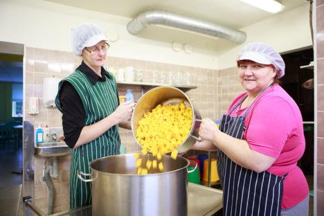 ISE TEHTUD, HÄSTI TEHTUD: Valjala kokad Angela Au ja Heive Eist teevad hoidised ise. Nii on odavam ja maitsvam.  Foto: Tambet Allik