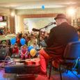 Ajaleht Saarte Hääl tähistas reede õhtulAuriga kaubanduskeskusesoma 8. sünnipäeva ühes praeguste ja uute lehelugejatega ning armastatud ansambliga Kõrsikud. Just Kõrsikute kontsert oli ajalehe kingitus oma lugejatele. Fotod: Tambet Allik