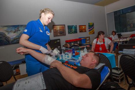 VERI VÕETUD: Nele Kangru verekeskusest teeb kindlaks, et Indrek Vaheril pärast loovutusprotseduuri veri edasi ei jookseks. Foto: Tambet Allik