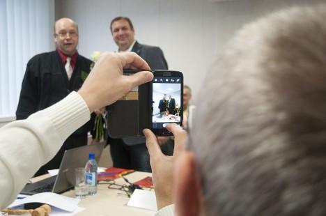 ESIMENE JÄÄDVUSTUS: Lääne-Saare valla juhte Urmas Lehtsalu ja Andres Tinnot kiirustas pildistama vallavolikogu liige Mart Maastik. Foto: Raul Vinni