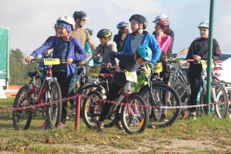 RATTASÕBRAD: Noored jalgrattaspordi sõbrad ootavad oma stardijärjekorda. Foto: Alver Kivi