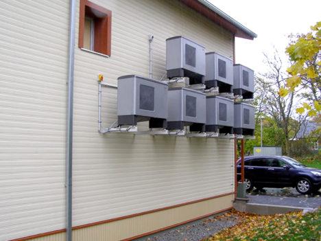 Kihelkonna rahvamaja õhk-vesi soojuspumbad, sulatusveed korjatakse seadmete alt kokku ja on suunatud läbi  seinte hoone kanalisatsiooni. Foto: Kalev Õisnurme