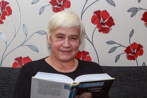 """EI SUUDA KÄEST PANNA: Kui raamat huvitab, võtab Elve Eichfus selle lugemiseks öötundidestki lisa. Praegu on tal käsil Kate Mortoni """"Saladuse hoidja"""". Foto: Tambet Allik"""