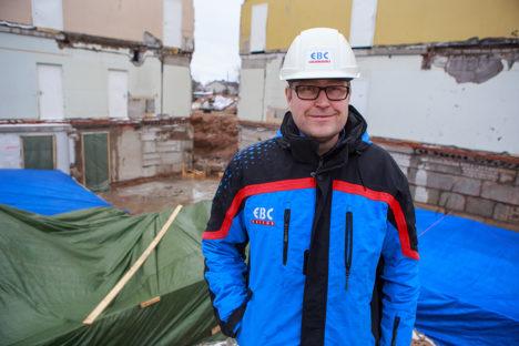 TÖÖ KÄIB: Projektijuht Indrek Varrisseisab tulevase lasteaia vundamendiaugu ees. Foto: Tambet Allik