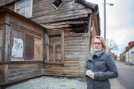 LEPIB OLUKORRAGA: Muinsuskaitseameti vaneminspektor Keidi Saks peab oluliseks maja dokumenteerimist lammutamise ajal. Säilitada tuleks vanast majast nii palju kui võimalik. Foto: Tambet Allik