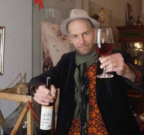 MEISTER OMA LOOMINGUGA: Peke Eloranta on Muhu veinitalu esimese viinamarjaveiniga rahul. Välja kukkus üsna eksootiline rüübe. Foto: erakogu