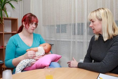 HANVARI PEREKOOLIS: Ämmaemand Marika Venda (paremal) jagab näpunäiteid ja õpetussõnu kõikidele tulevastele emadele. Marilis Nõmm (pildil nukuga) on kindel, et tema hakkab oma last küll rinnaga toitma, sest see on loomulik toitmisviis. Foto: Tambet Allik