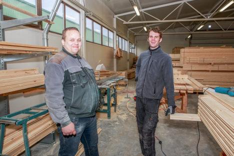 NAERUNÄOD: Ants Vilbas ja Raul Mälk on töös teinud pisukese pausi, et natuke juttu ajada. Foto: Tambet Allik