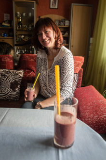 """SMUUTIDE LUMMUS: """"Uskumatult põnev maailm,"""" ütleb Eva Mitt, kes alustas roheliste smuutide tegemist ja joomist paar aastat tagasi ning on nüüd ülirahul. Foto: Raul Vinni"""