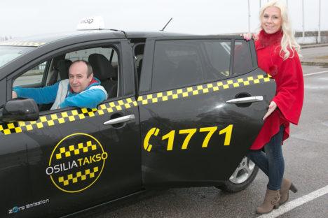 SÕIDUKS VALMIS: Taksojuhi Andres Viinapuu ja Osilia takso kaasomaniku Margit Susi sõnul elektriautos ruumi jagub. Foto: Irina Mägi