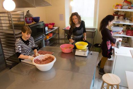 SIIN VALMIB HEA TUJU: Good Mood Foodi töötajad Sirli Kundrats (vasakul) ja Milvi Kaus (paremal) ning firma juht Kati Mäekallas (keskel) saavad Turu tänav 2 ruumides end lahedamalt tunda. Foto: Raul Vinni