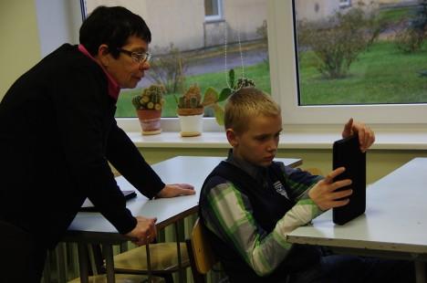 STIPENDIUMI PÄLVINU: Matemaatikaõpetaja Viive Kelder juhendab Indrek Meiterni tahvelarvutis ülesannete lahendamisel. Foto: Elina Kalm
