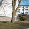 Kuressaares M. Kõrberi 12 asuva kortermaja elanikud on hädas vandaalidega, kes rikkusid maja uue fassaadi grafitiga. Mullu kevadel uue fassaadi saanud 18 korteriga maja seinale on ööl vastu eilset musta […]