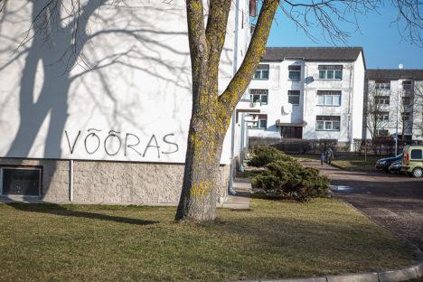 """SODIJATE """"KUNSTITEOS"""": Möödunud kevadel uue näo saanud maja fassaad ei pidanud puhtana vastu aastatki. Foto: Tambet Allik"""