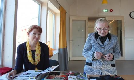 KÄSITÖÖMEISRID OMAVAHEL: Käsitööringi juhendaja Heli Õun (vasakul) ja kogenud meister Selma Pahapill võtsid üleeile ette Muhu tikandi. Foto: Aare Laine