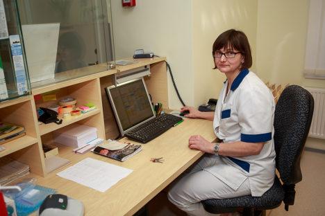 ABIVALMIS JA SÕBRALIK: kiidetute nimekirja kuuluvad ka Kuressaare hambapolikliiniku registratuuri töötajad. Pildile jäi Siiri Belinets. Foto: Tambet Allik