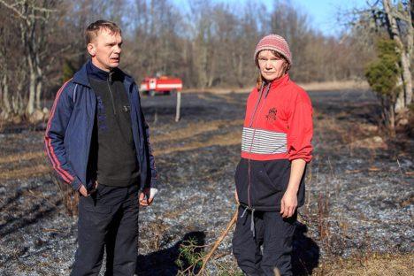 TÜHIMIKUS: Raivo Metsamaa ja Marju Ermann kinnitavad, et mobiiltelefoniga rääkimiseks tuleb Pammanas toast välja minna. Foto: Tambet Allik