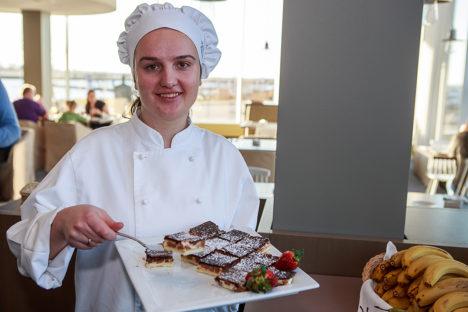 RAAMATUPIDAJA OMA KOOGIGA: Eile valmistas Veronica Mai hommikusöögilistele hapukoorekooki. Foto: Tambet Allik