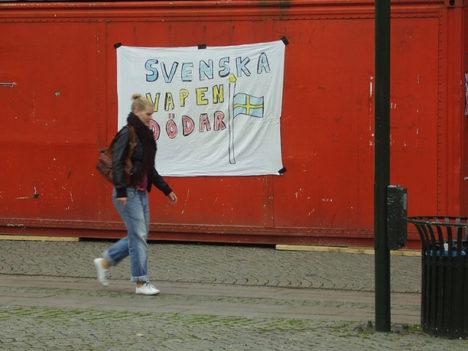 """SURMAÄRI: """"Rootsi relvad tapavad!"""" Protestiplakat Malmö sadama ühel kaubakonteineril. Foto: Sverigesradio.se"""
