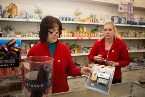 LAI VALIK TABASID: Rehemäe kaupluse müüjad Evi Tiirik ja Eeva Kiil tutvustavad erinevaid uksesulgureid. Foto: Tambet Allik