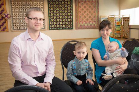 Kuressaarlased Raivo ja Kertu Vips koos kaheaastase Reikoga, kes tulid kahekuust Jarekit toetama tema esimese ametliku dokumendi kättesaamisel. Foto: Irina Mägi