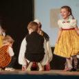 """Oma veerandsajanda sünnipäeva puhul andsid Piiprellid Kuressaare kultuurikeskuses suure kontsert-etenduse """"Heade tantsude pöörises"""". Fotod: Tambet Allik"""