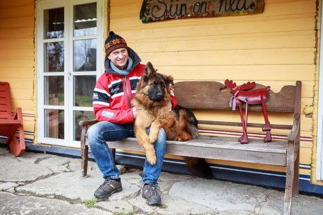 SIIN ON HEA: Andres Lember armastab Orinõmmes oma Sülla talus viibida. Saksa lambakoer Caramel paistab olema sama meelt, et just seal ongi hea. Foto: Tambet Allik