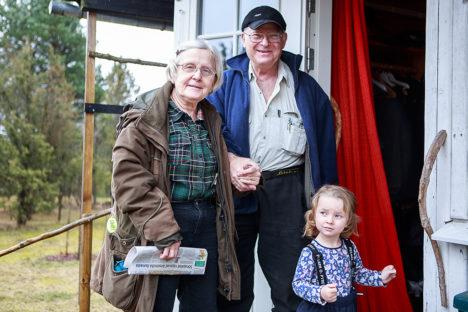 SIIN ME OLEME: Helle, Sven ja väike Emma Rootsist on Mustlasse, oma maamajja kohale jõudnud ja tunnevad sellest heameelt. Foto: Tambet Allik