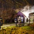 Öösel vastu pühapäeva põles Kuressaares, Ristiku tänaval garaaž-abihoone lahtise leegiga. Fotod: Tambet Allik