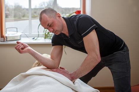 PAITAMISEST ON ASI KAUGEL: Klassikalist massaaži tegev Ivar Eensoo klienti ei paita ega silita, masseerides nii, et sellest sajaprotsendiliselt kasu oleks. Foto: Tambet Allik