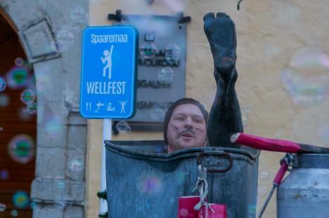 MUDA TEEB HEAD: Simmo Kikkas märtsi algul Kuressaare raekoja ees Wellfesti avamisel mudavannis kümblemas. Foto: Tambet Allik