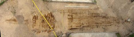 LAEVAMATUS: Mehed asetati laeva kirdeotsa ja laev oli paigutatud Linnutee ehk Hingedetee sihis, mis keskööl on taevas just ühe otsaga kirdesse, teisega edelasse. Alumise kihi mehed olid maetud peadega nii itta kui läände, pealmistes kolmes kihis olid kõigi pead kirde (põhja) poole. Seega ei olnud kadunukestele Vallhallasse jõudmiseks tähtis, mis suunas nad maetud olid, vaid laev pidi ise olema õiges sihis. Samamoodi oli paigutatud ka Salme esimene laev ja enamik Skandinaavia matuselaevadest.