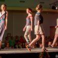 """Laupäeval Kuressaare kultuurikeskuses toimunud Saaremaa koolinoorte moekonkursil Look Kool oli taas võidukas Karolin Kärm kollektsiooniga """"White noise"""". Vanema vanuseastme esimene koht läks Genert Allikmaale (kollektsioon """"Silver""""). Keskmises vanuseastmes võitis Anna […]"""