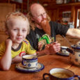 Lääne-Saare vallas Jõempa külas Sepa talus elaval Leemeti perel on supipäev ja parasjagu käsil ettevalmistused rassolniku keetmiseks. Uue elumaja valmimiseni pere koduks oleva suure palksauna köögiosas istub laua taga 6-aastane […]