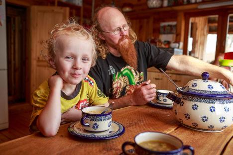 MAITSEB HEA: Rassolnik maitseb nii kolmeaastasele Willemile kui ka pereisa Olele. Foto: Tambet Allik