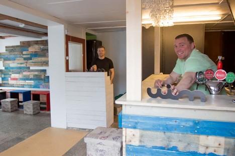 UIM: Marko Kesküla ja Lauri Vaher teevad Uimes viimaseid ettevalmistusi, et omanäoline baar juba loetud päevade pärast avada. Foto: Raul Vinni